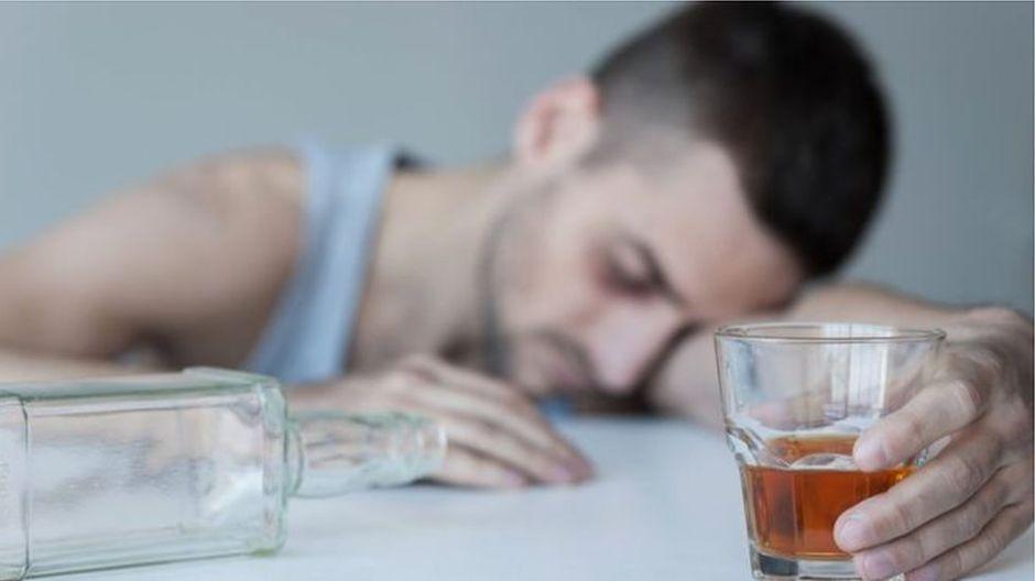 Por qué beber limpiavidrios y lociones como hacen en Rusia puede ser mortal