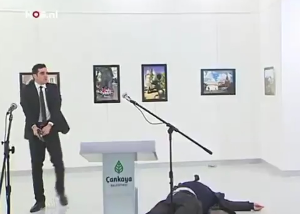 El responsable gritó varias consignas tras el ataque.