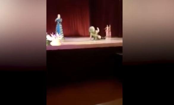 Video: Bailarín muere en pleno escenario ante la risa de la audiencia