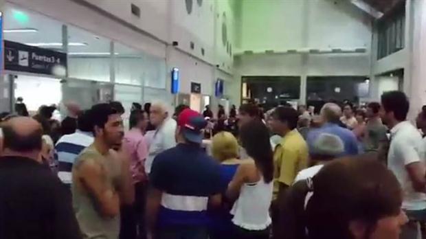 Las autoridades decidieron detener al avión en la pista y no en la plataforma.