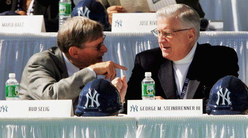 Bud Selig (izq.)  fue elegido ayer al Salón de la Fama del Beisbol y George Steinbrenner quien fue rechazado por los electores.