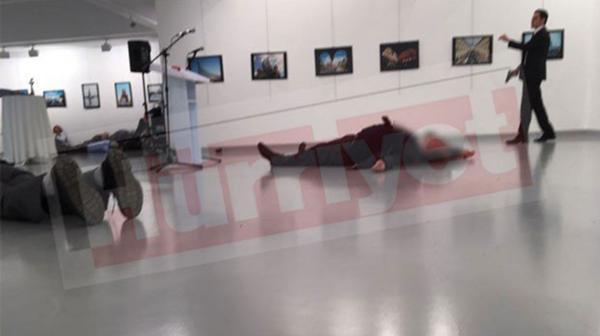 El responsable ingresó a una exposición fotográfica vestido como vigilante.
