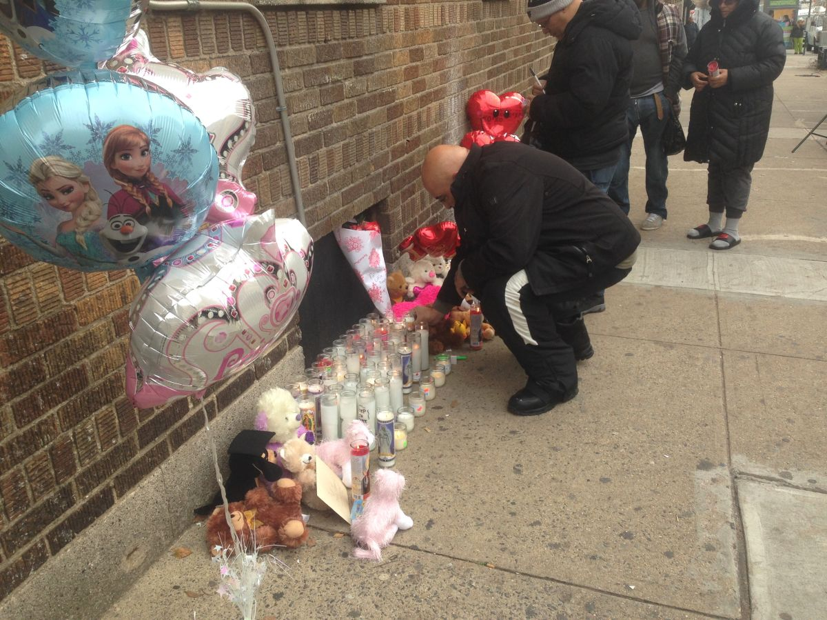 Vecinos de las dos niñas fallecidas crearon un altar en su memoria.