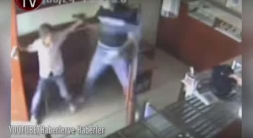 En un dos por tres, niño karateca ahuyenta a ladrón armado en joyería