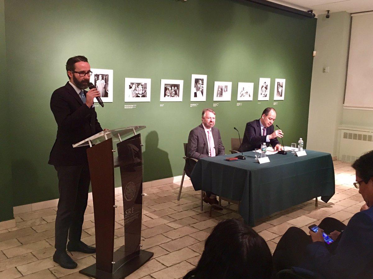 """Jorge Castañeda (centro) presentó su libro """"Sólo así"""" en el Consulado General de México en NY."""