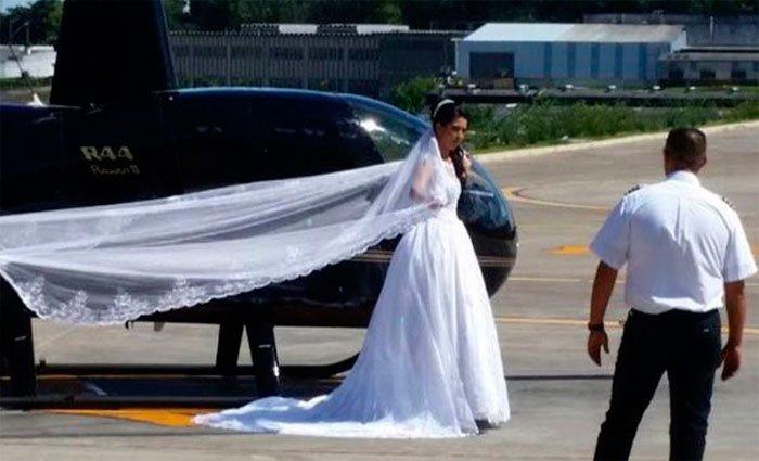 La imagen de la novia a punto de abordar su vuelo circuló en redes sociales.