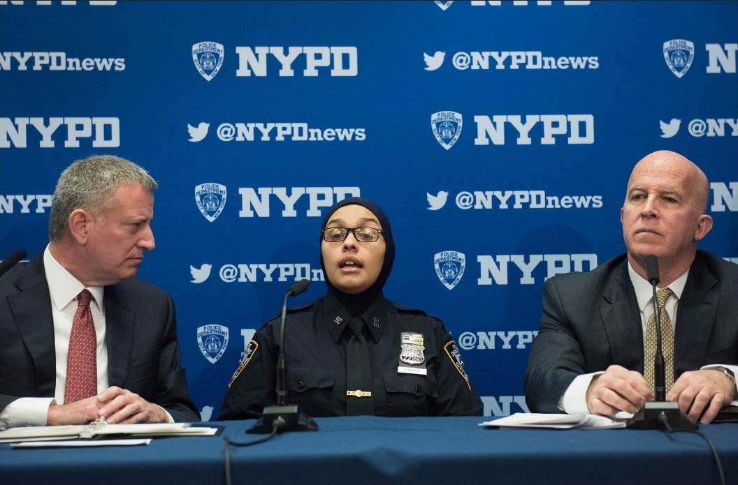 La oficial musulmana Aml Elsokary durante la rueda de prensa junto al Alcalde.