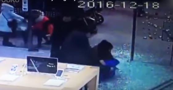 La familia al ver al niño en el suelo entre trozos de cristal corrió a auxiliarlo.