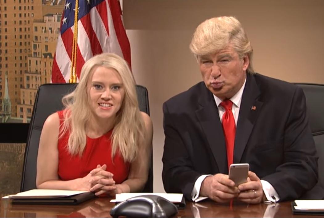 Para el Trump de SNL, Twitter es más importante que reuniones sobre seguridad.