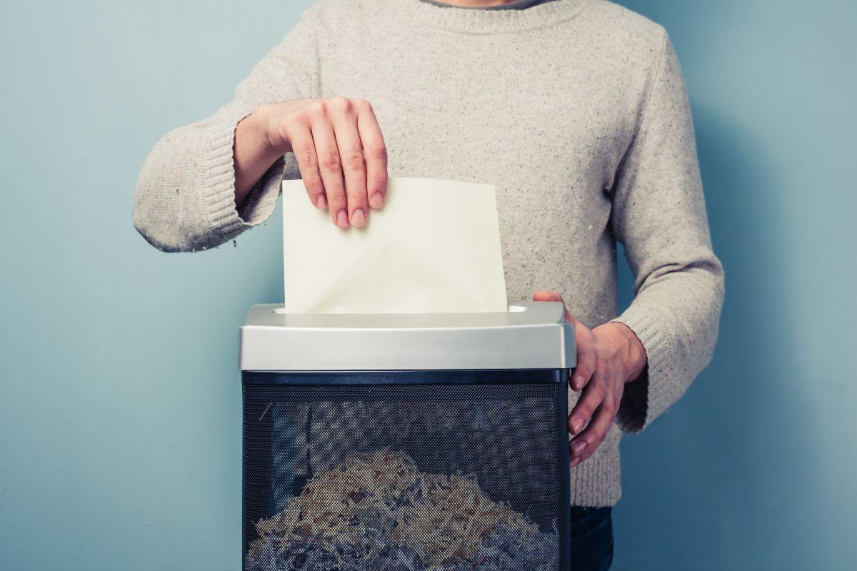 Facturas, cartas, documentos con datos personales, no lo tire sin más, destrúyalo para que nadie pueda leerlo./Shutterstock
