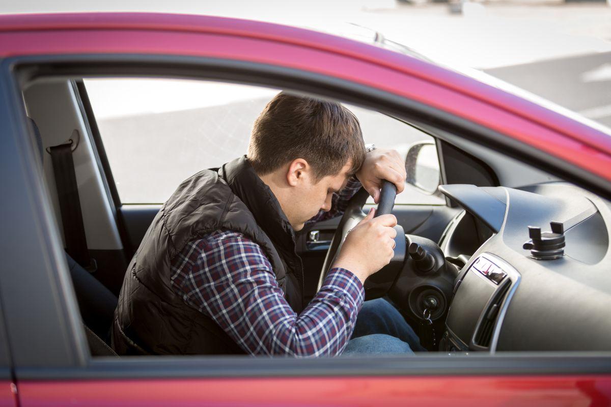 El manejar un auto tras haber dormido sólo cinco horas es tan peligroso como conducir cuando se está borracho o bajo los efectos del alcohol.