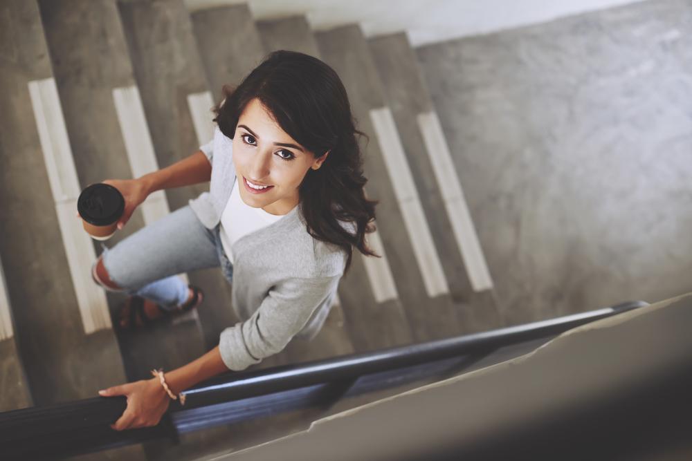 Usa las escaleras en vez del ascensor para quitarte las libras extras que tienes en tu cuerpo.