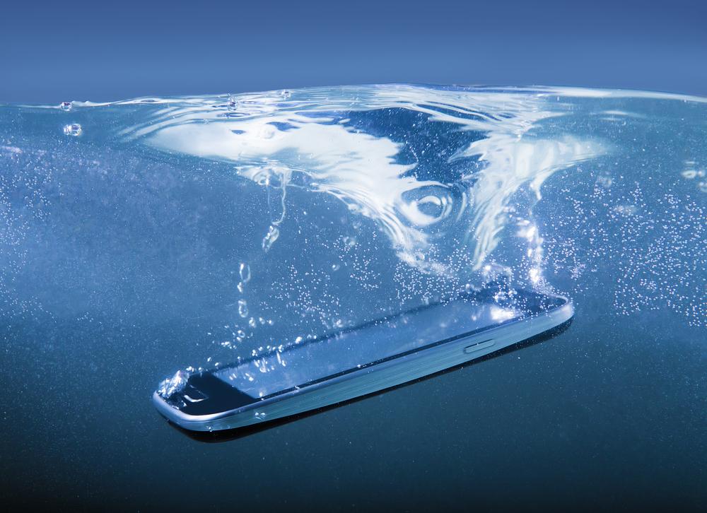 Lo mejor es mantener el teléfono lejos del agua.
