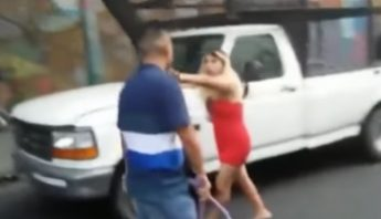 La foto de la travesti también fue publicada en la cuenta de Twitter de uno de los atacantes.