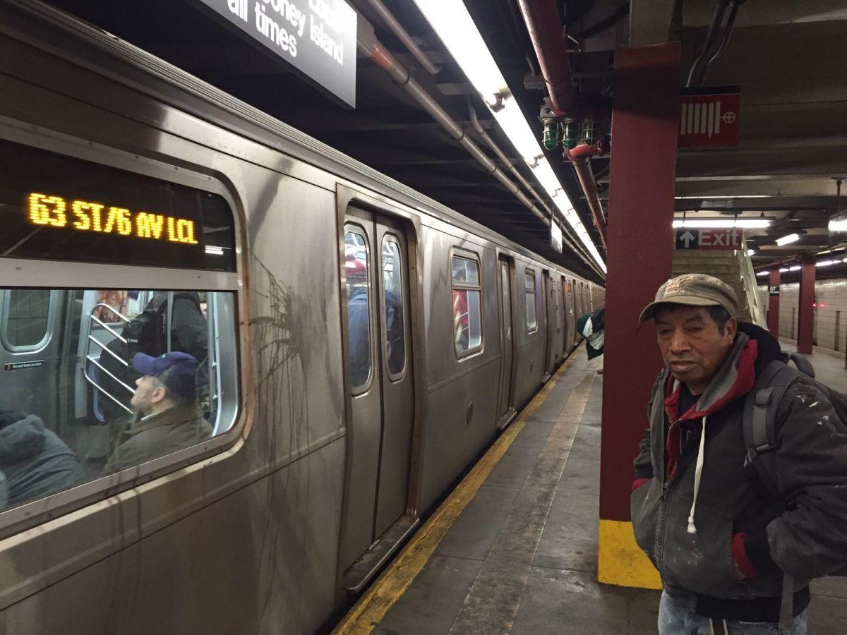 El guatemalteco Juan Vásquez fue uno de los afectados por los grandes retrasos en el tren F este lunes.