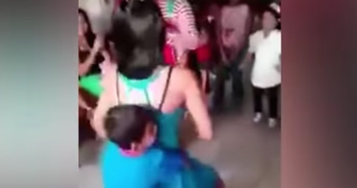 """Indignación en redes por """"twerking"""" de mujeres a niños durante fiesta infantil"""