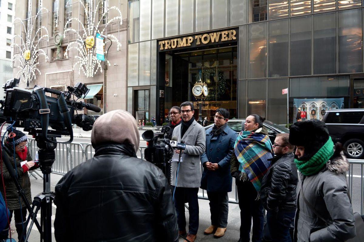 Líderes electos como el concejal Ydanis Rodríguez fueron hasta la Torre Trump a protestar contra el presidente electo por no incluir a latinos en su gabinete