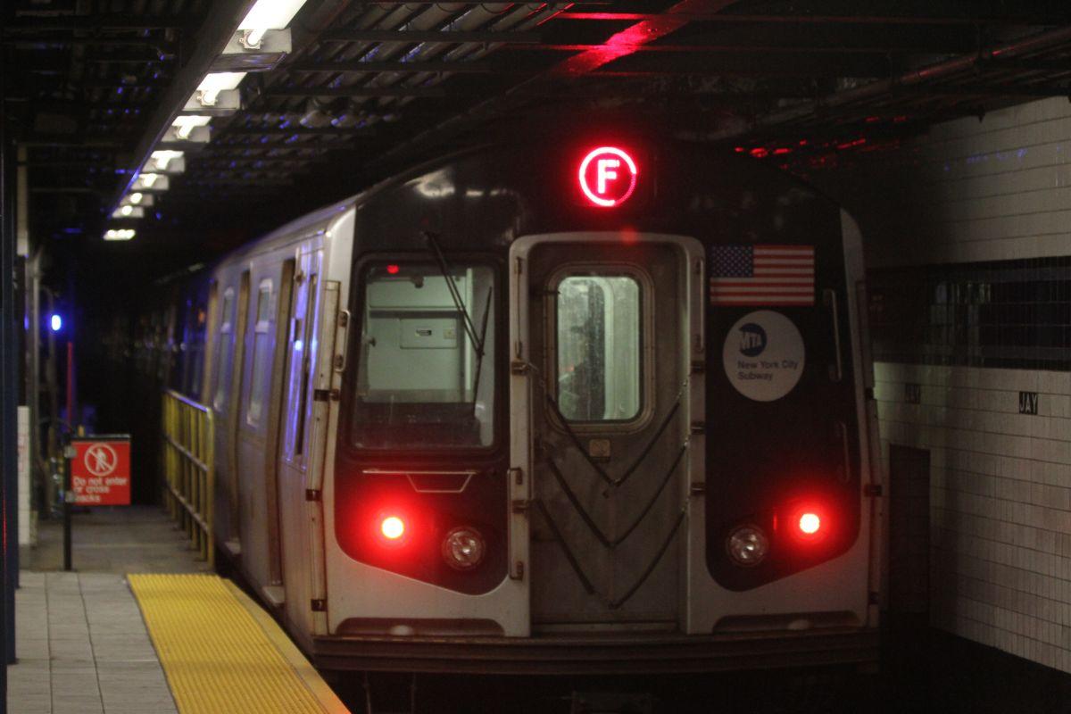 Adolescente resulta herido al 'surfear' en el Subway