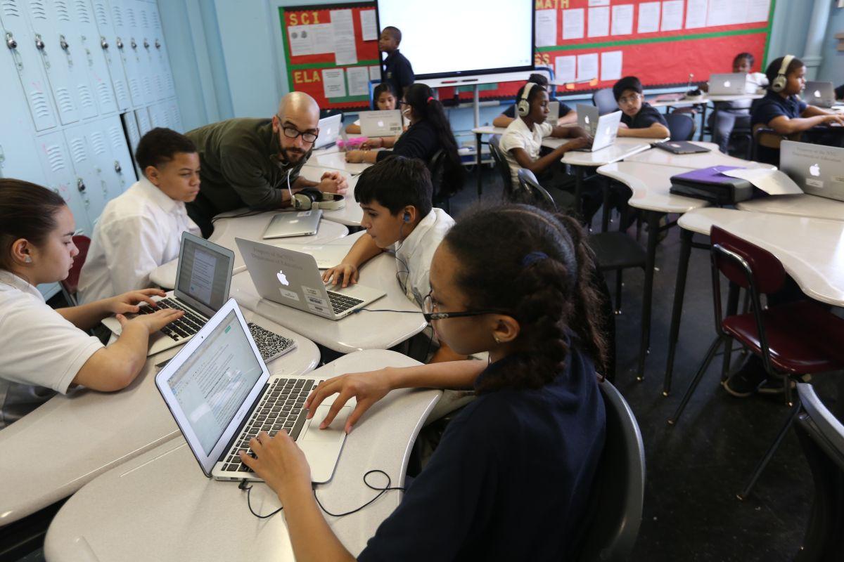 """Escuela Intermedia en El Bronx prepara a estudiantes """"para trabajos que no existen"""""""
