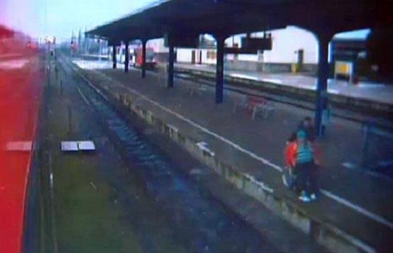 Video: Hombre lanza a anciana en silla de ruedas a las vías del tren