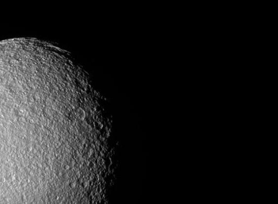 """Luna de Saturno sorprende por su parecido a """"planeta"""" de Star Wars"""
