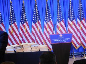 Los misteriosos fólderes amarillos en la conferencia de Trump