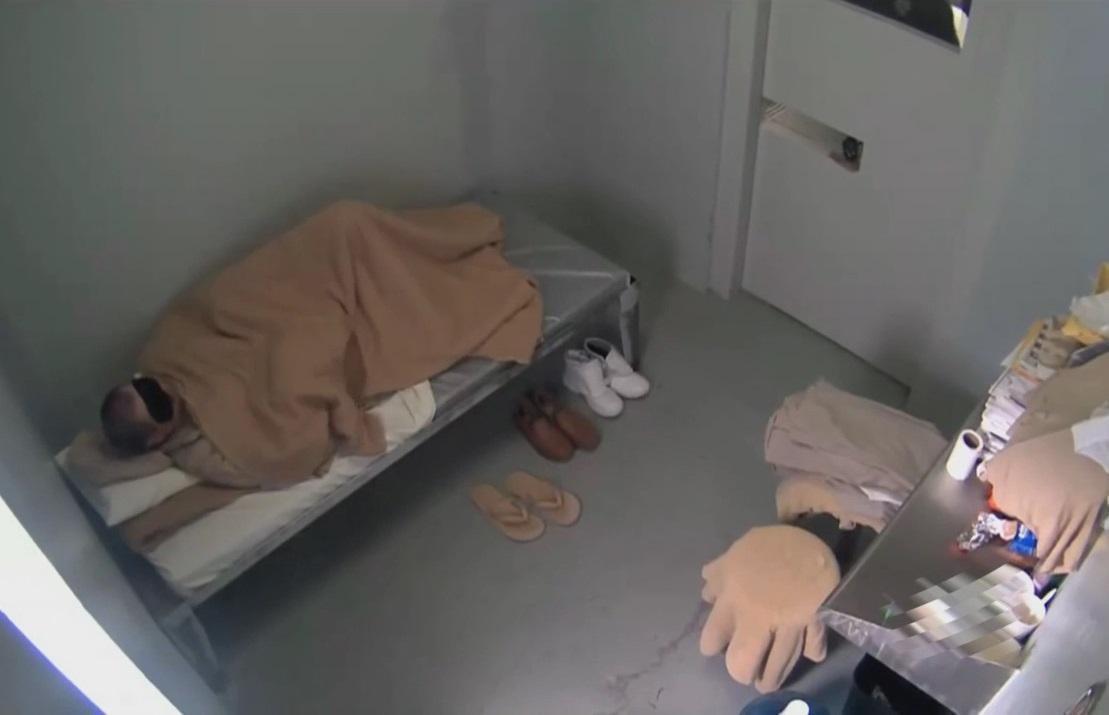 """""""El Chapo"""" se encontraba acostado en su cama y cubría sus ojos con un antifaz, antes de ser llamado para su extradición."""
