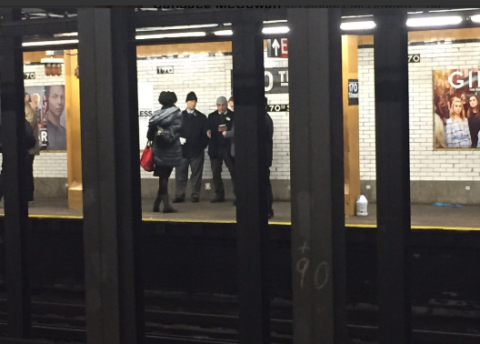 Hombre empuja a otro a rieles del tren en medio de pelea