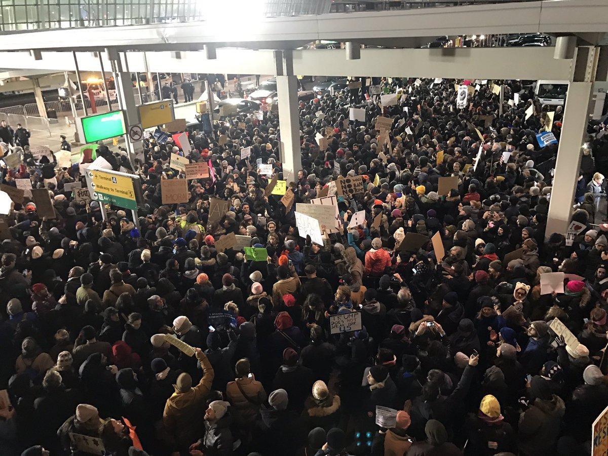 Videos: Miles protestan en JFK, AirTrain colapsado, taxis se unen