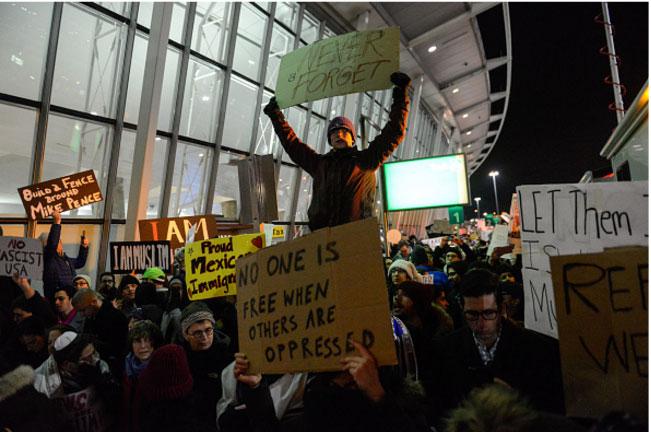Protesta en el aeropuerto JFK contra la medida de Trump.