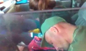 Video explícito: Los graban en una sobredosis en auto junto a sus bebitas de cinco y 18 meses