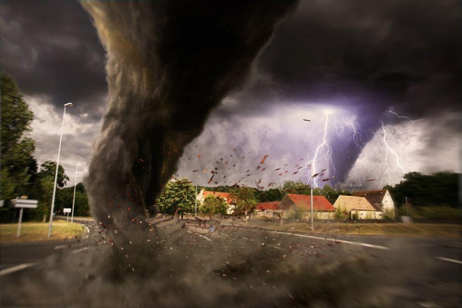 Tornado arrastró a una mujer dentro de una tina, ¿sobrevivió?