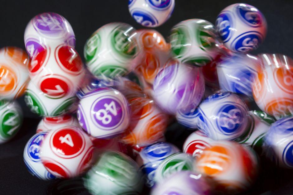 Hombre descubre 10 millones de razones para no decirle a nadie que ganó la lotería