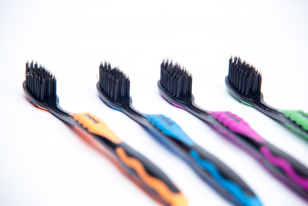 El peligro de usar carbón activado para blanquear los dientes
