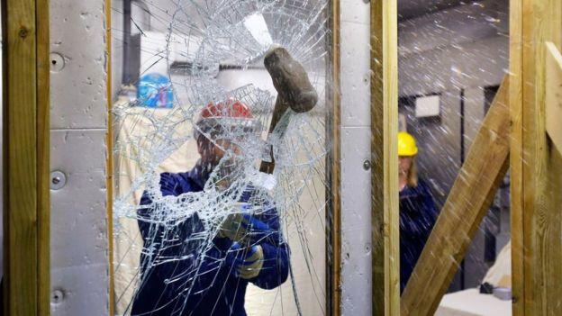 La compañía que rompe miles de vidrios para crear el futuro de la inteligencia artificial