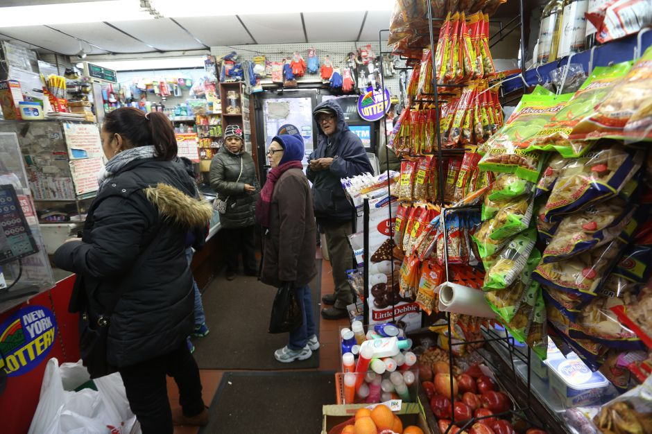 Bodegueros de NYC piden tener 'botón del pánico' contra pandillas