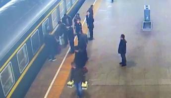 Video: Por descuido de su madre, menor casi muere entre rieles del tren