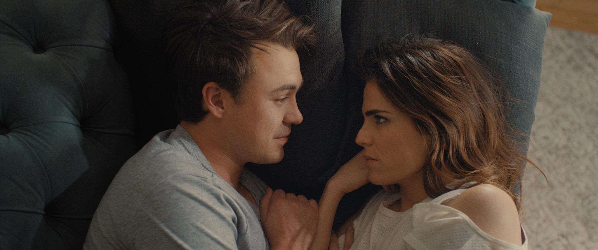 """Ben O'Toole y Karla Souza en Karla Souza en una escena de """"Everybody Loves Somebody""""."""