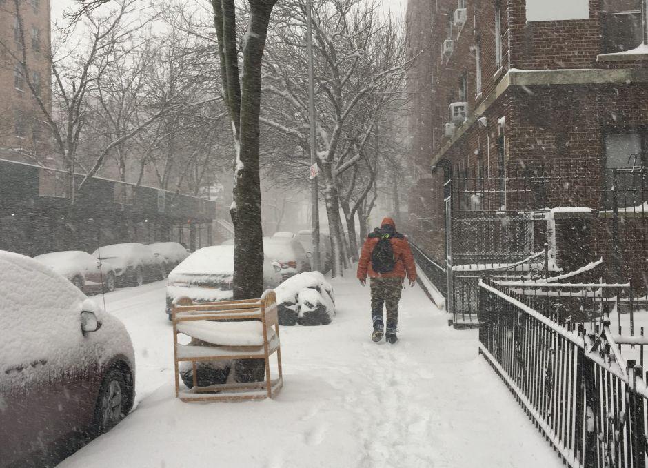 Neoyorquinos salen a la calle a pesar de la intensa nevada