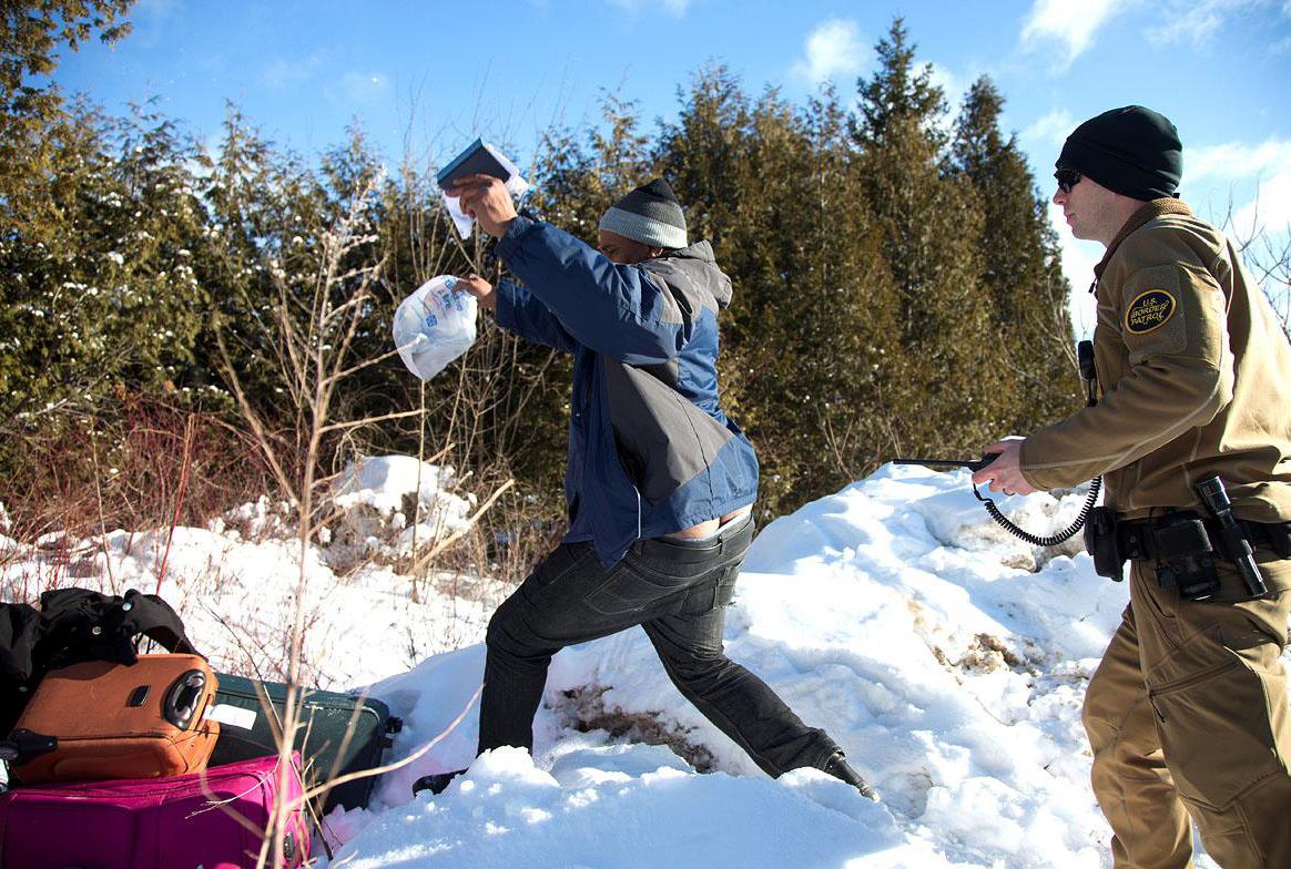 El momento en que inmigrantes escapan de la Patrulla Fronteriza y logran asilo en Canadá