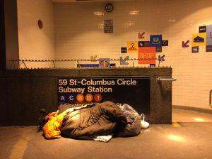 Crisis de 'homeless' en NYC es la 'papa caliente' entre Cuomo y De Blasio