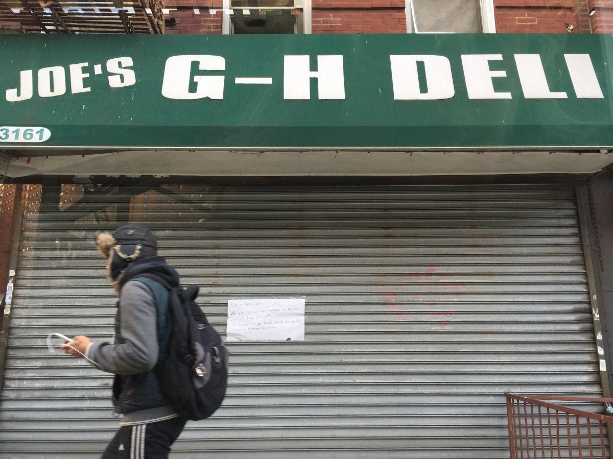 Imagen de archivo de una bodega cerrada en Nueva York.