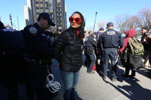 """Manifestación un """"Día Sin Mujeres"""" acaba con arrestos en Torre Trump"""