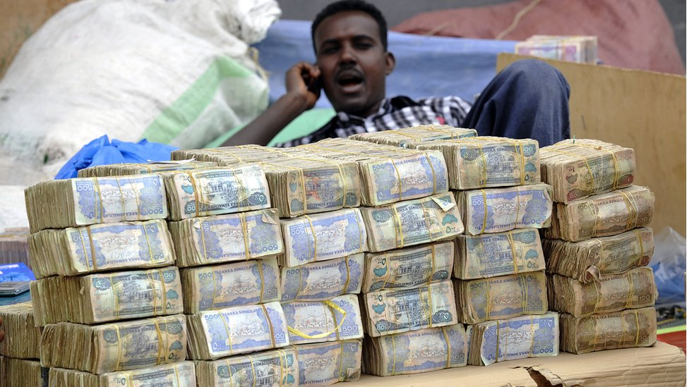 El país donde los billetes huelen mal y se deshacen en las manos