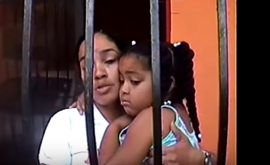 Video: Casero encierra con candado a mujer y su niña por no pagarle la renta