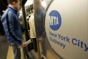 Más de 20 jóvenes dan paliza a desamparado en tren en Manhattan