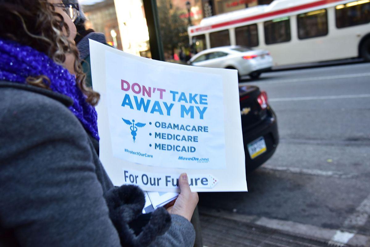 Cuidado de la salud preocupa a latinos más que temas migratorios si Trump es reelegido