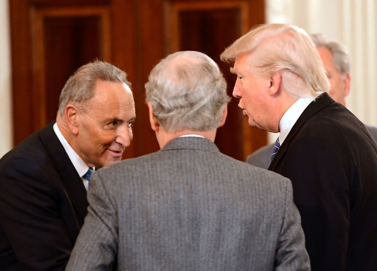 "La foto por la que Trump llamó ""hipócrita"" a líder demócrata Schumer"