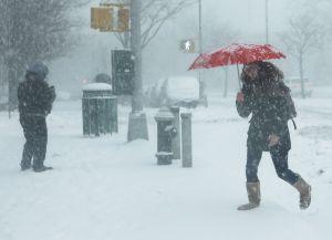 Tormenta invernal deja hasta un pie de nieve en zonas de Cleveland, Ohio, y a más de 100,000 sin electricidad