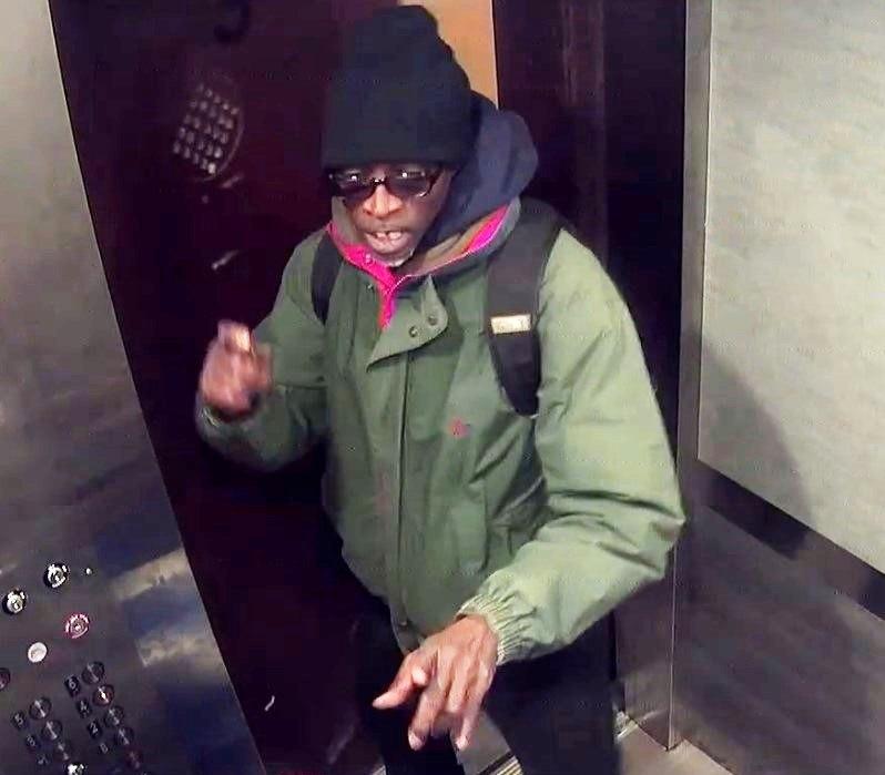 Video: Ladrón engaña a anciana discapacitada y le roba $220